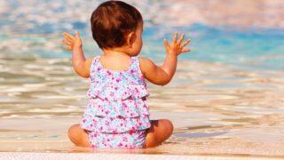 プールで遊ぶ赤ちゃん